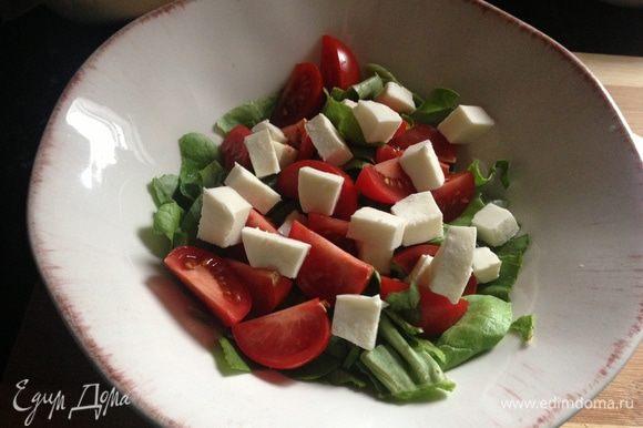 Порезать моцареллу и выложить на салат.