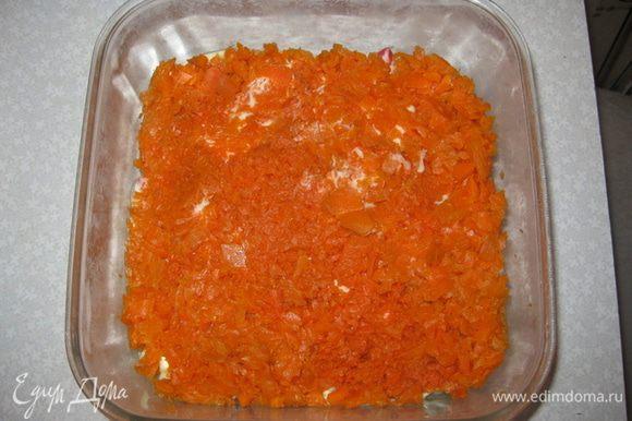 2-й слой: измельчаем вареную морковку.