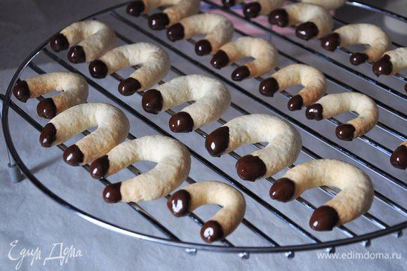 Холодное печенье окунать концами в глазурь и выкладывать на решетку до застывания. Глазурь растопить шоколад в СВЧ и добавить в теплый шоколад масло. Размешать.
