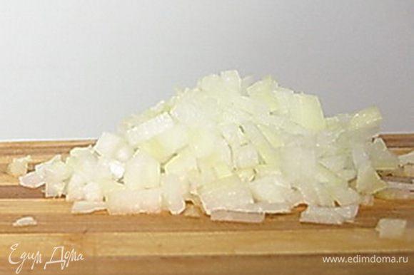 Лук очистить и мелко нарезать. Сбрызнуть лук уксусом, добавить кипяток, так чтобы он покрывал лук и оставить на 5 минут. Затем откинуть лук на сито и дать стечь воде.