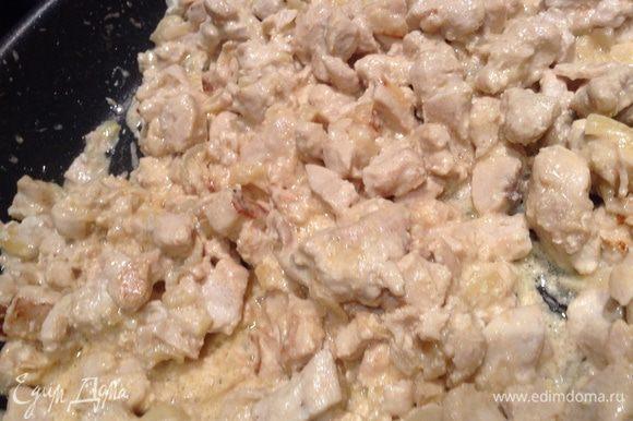Обжарить лук с куриным филе (курицу нарезать маленькими кусочками), за 5 мин до конца добавить сливки.