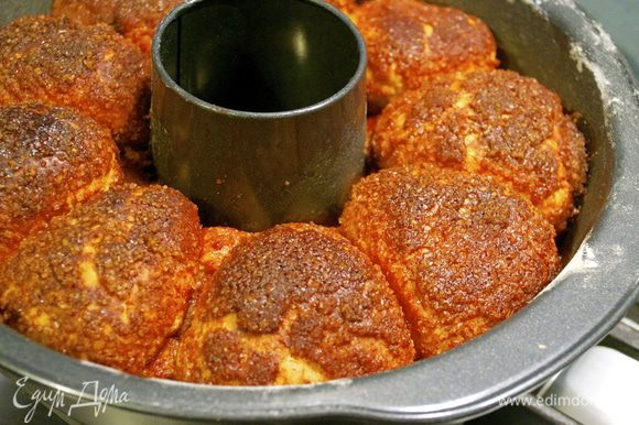 Поставить выпекаться в разогретую до 190 С духовку на 40 минут. Готовому хлебу дать немного остыть и переложить на сервировочное блюдо.
