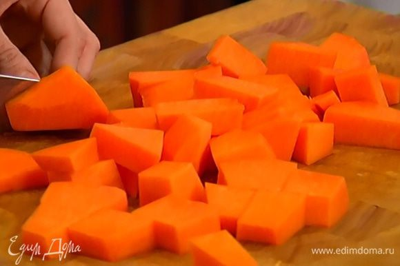 Тыкву очистить от кожуры и нарезать небольшими кубиками.