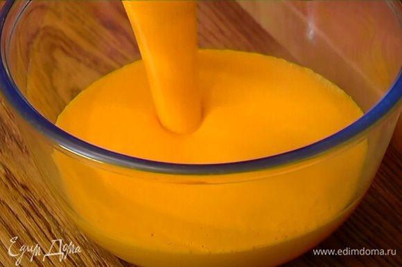 В тыквенное пюре влить сливки, затем, не прекращая взбивать, добавить кленовый сироп и взбить все в гладкий крем.