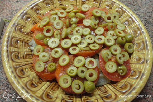 В сковороде разогреть оставшиеся 2 ст. ложки масла и выложить нарезанные кружочками в 0,5 см помидоры. Через минутку перевернуть, посыпать щепоткой молотого кориандра и оставить на сковороде еще минутку, затем выложить на фенхель. Сверху выложить нарезанные колечками оливки. Помидоры я не солю, т.к. оливки достаточно соленые.
