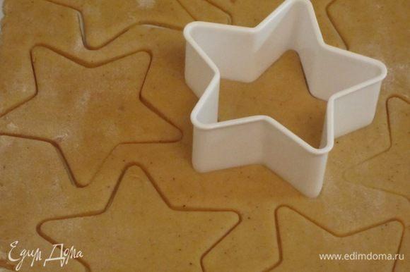 """Раскатать тесто в пласт. Вырезать формочкой """"звёздочки"""" разного размера."""
