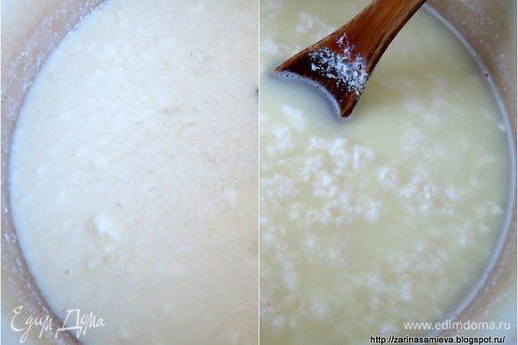 Творог, если он хранился в морозильной камере, разморозить. Сложить в кастрюлю, залить молоком. Поставить на средний огонь, нагревая довести до свертывания молока, оно поменяет цвет. Не кипятить.