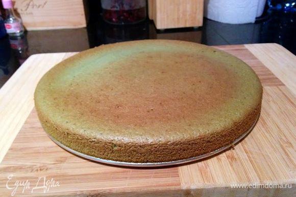 Нагреваем духовку до 170 градусов и выпекаем в разъемной форме около 30 минут, пока бисквит не будет готов.