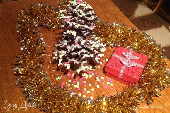 """В качестве игрушек для елочки, я использовала цветные конфетки в виде драже. Для того чтобы прикрепить их на елочку, я растопила немного белого шоколада и с его помощью приклеивала """"игрушки"""" на елочку."""