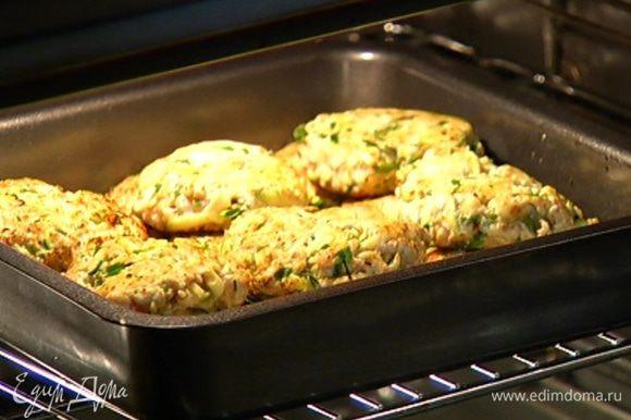 Выложить котлеты в форму для запекания и отправить в разогретую духовку на 15–20 минут.