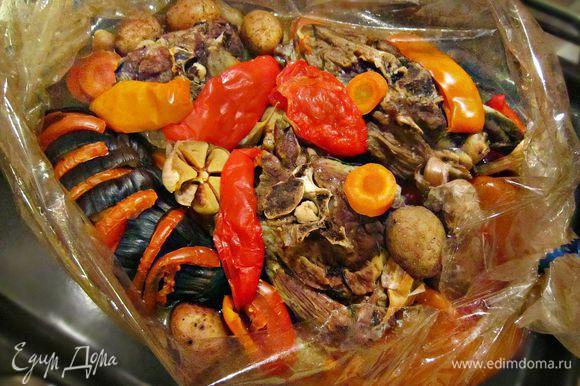 Запекать баранину с овощами в духовке при 170г в течение 2 часов. Готовые куски баранины разложить по тарелкам с овощами и подавать горячими.