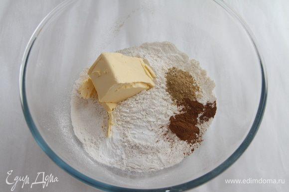 Муку просеять, добавить соду, разрыхлитель, пряности.