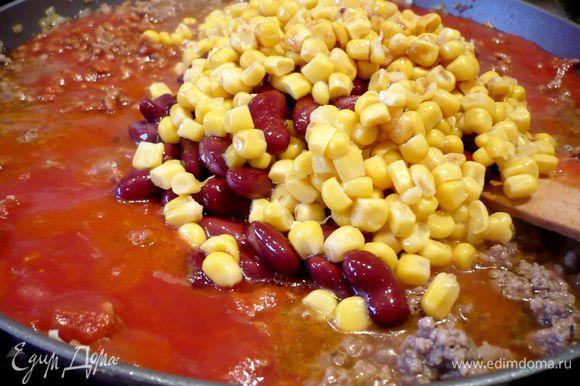 Добавим пассерованные томаты, сладкую кукурузу и фасоль (сначала их необходимо откинуть на сито, чтобы стекла жидкость), добавляем 1 ст.л. майорана, солим и перчим.