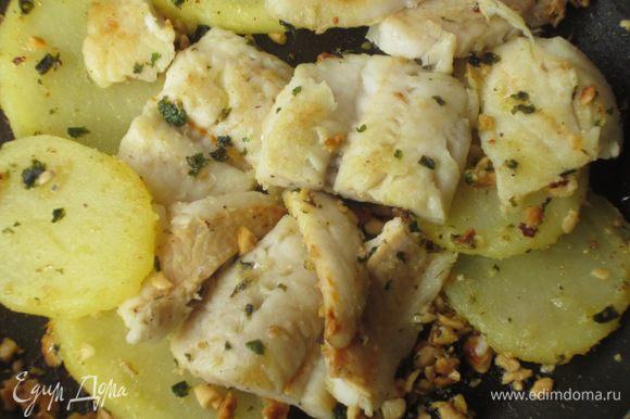 Выложить картофель, рыбу, посолить, поперчить и готовить 5-6 минут.