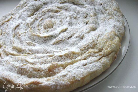 Свернуть трубочки улиткой. Выпекать в духовке при 180 градусах 35 минут. При подаче пирог посыпать сахарной пудрой.