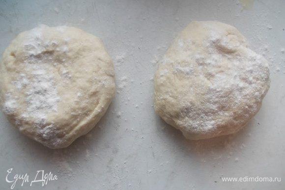 Добавить оливковое масло и муку, замесить тесто. Разделить его на две части и накрыть полотенцем. Оставить его в покое.
