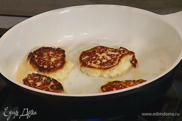 В сковороде разогреть 1 ч. ложку сливочного масла, ложкой выкладывать небольшие лепешки на некотором расстоянии друг от друга и обжаривать с двух сторон до образования золотистой корочки. Если нужно, добавить еще немного масла.