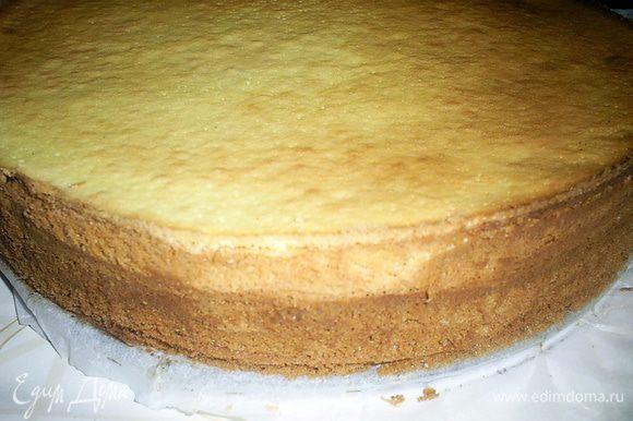 Даем торту остыть в форме. Затем проводим ножом вдоль бортика формы и снимаем кольцо. Для глазури растопить шоколад со сметаной или сливками и покрыть торт сверху.