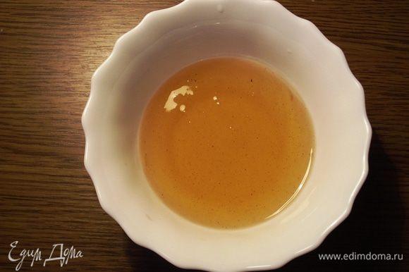 В кастрюльку выливаем воду, добавляем сахар, корицу, цедру и кипятим 2-3 минуты. Когда сироп немного остынет, добавляем мед и хорошенько перемешиваем.