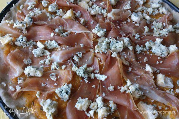 Сверху раскрошить голубой сыр и выпекать в разогретой до 220С духовке 10-12 минут.