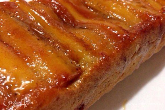 Отправить пирог в заранее разогретую до 180 градусов духовку на 30-35 минут (готовность проверяйте спичкой, ориентируйтесь на свою духовку)! Готовый пирог вытащить, накрыть блюдом с небольшими бортиками и немедленно перевернуть. Форму аккуратно снять. Приятного чаепития!:)