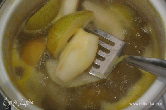 Тем временем. Из лимона выжать сок. Груши разрезать на 4 части, удалить сердцевину и опустить на 3 минуты в кипящую воду с лимонным соком.