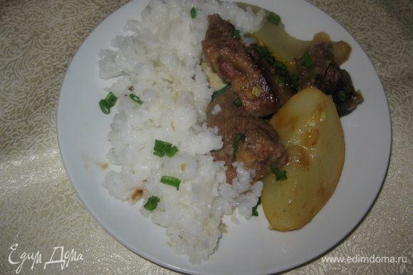 Свежий зеленый лук или другую зелень вымыть, обсушить и нарубить. Готовое блюдо посыпать рубленой зеленью. На гпрнир можно предложить отварной рис.