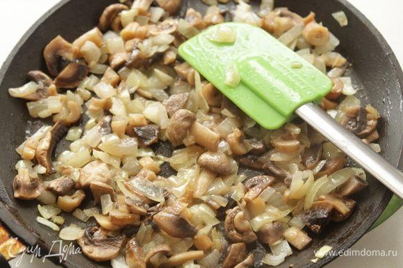 Остальные грибы порезать и обжарить вместе с луком.