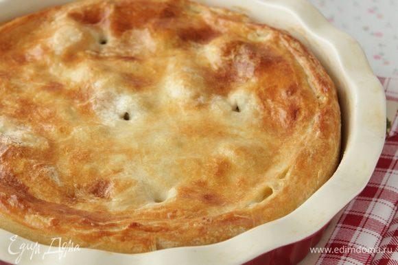 Отправляем в духовку выпекаться при 180-200 гр. , пока верх нашего пирога не зарумянится.