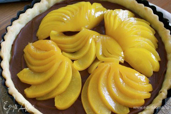 Персики (или груши) надрезать веером и выложить на шоколад.