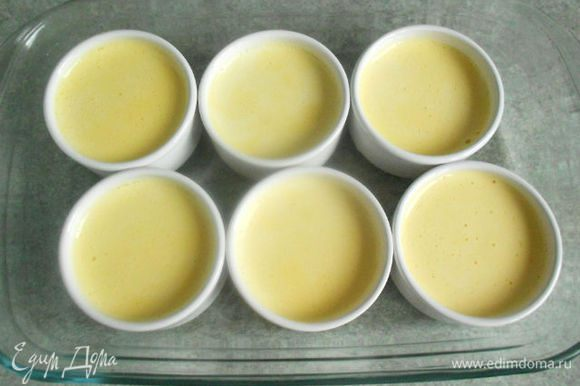 Разлейте по невысоким керамическим формочкам. Если нет специальных форм, можно использовать простые кофейные чашки без рисунка (не фарфоровые!). Рекомендуемый объём смеси не более 100-125 мл на порцию.
