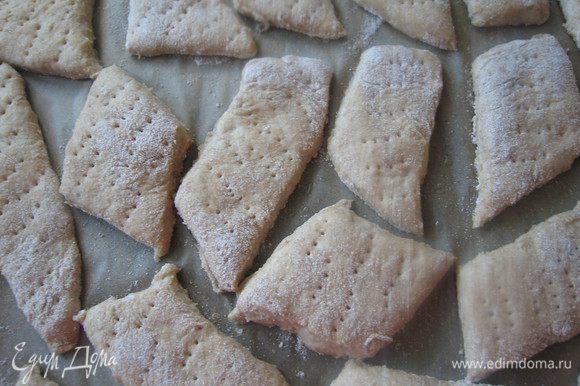 Противень застелить бумагой, выложить хлебцы и оставить для подъема на 30 минут.