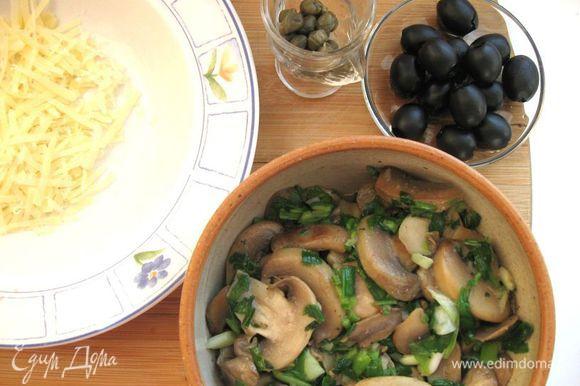Грибы обжарить на сливочном масле (20 г) до испарения жидкости, добавить оливковое масло, лук, еще немного обжарить. Сыр натереть на крупной терке.