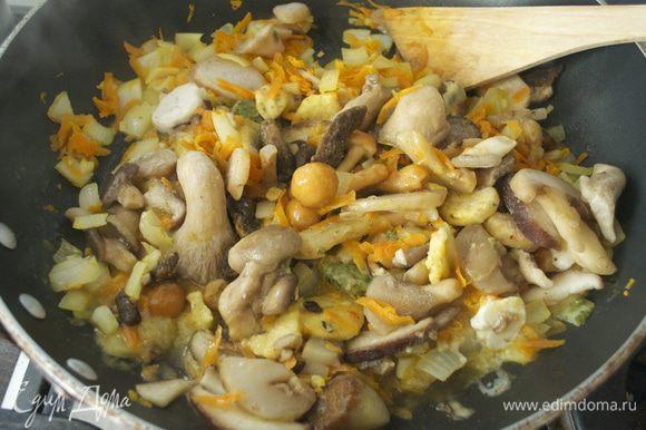 Добавить грибы и жарить еще 5 минут. У меня замороженная смесь из лесных грибов.