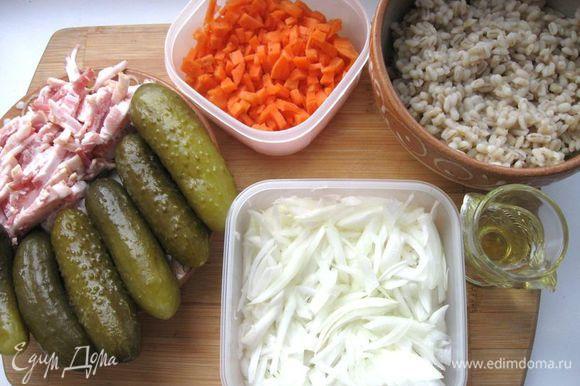 Картофель, лук, морковь очистить. Соленые огурцы почистить и порезать соломкой, морковь мелкими кубиками, лук - соломкой.