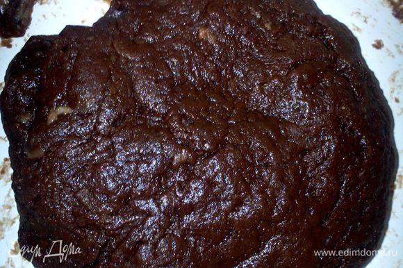В крошку добавить сахар, желтки и воду (вливать постепенно, наблюдая за текстурой тесто, можно подсыпать муку, тесто должно получиться мягким и не липнуть к рукам).