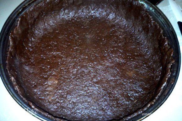 Разделить тесто на 3 части. 1/3 отложить в сторону, 2/3 раскатать толщиной 0.5 см, уложить в форму, смазанную маслом (форму лучше брать до 22 см в диаметре, я брала большую, поэтому пирог получился низковат).
