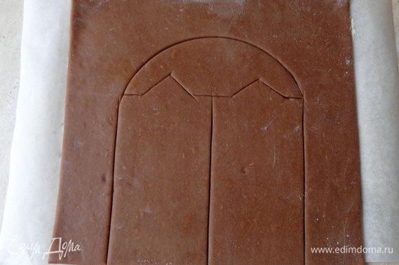 Раскатывать тесто 5-6 мм толщиной прямо на бумаге для выпечки. Для декораций наметить ножом линии по сырому тесту - когда тесто испечется, его легко будет разрезать по этим линиям.