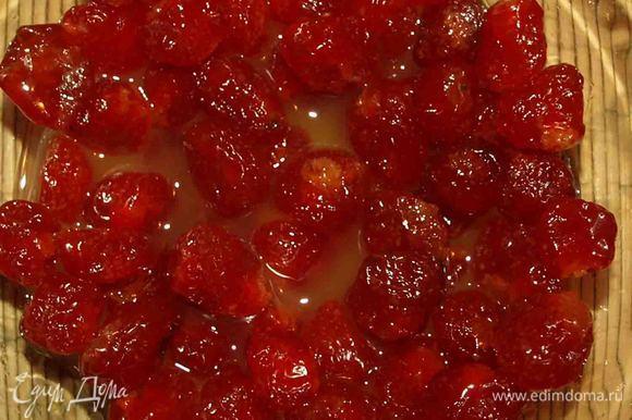 Сушеную вишню заливаем апельсиновым соком и оставляем на 2 часа или в идеале на ночь. Можно замочить ликером или коньяком.