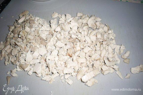 Отделяем отварное куриное мясо от костей и нарезаем как можно мельче.