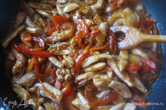 Добавить соус, перемешать, поставить на средний огонь, довести до кипения, чтобы соус стал густым. выключить огонь, накрыть крышкой и дать настояться 1 час.