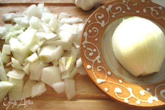 Большую луковицу почистить, разрезать на половинки. Одну из половинок порезать, как на фото, на кусочки среднего размера, и добавить к фасоли в начале варки. Можно взять 2 средние луковицы, одну из них порезать соответственно.