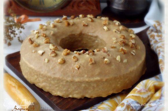 вылить на кекс. Украсить грецким орехом. Дать глазури застыть и можно наслаждаться ароматным кексом. Приятного!!