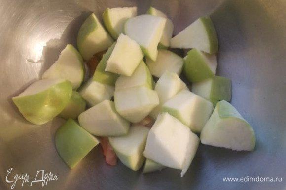 """Добавить крупно порезанные яблоки. У меня""""Семеренко"""", главное,чтобы были кисло-сладкие. Добавляем щепотку мускатного ореха и щепотку молотого перца."""