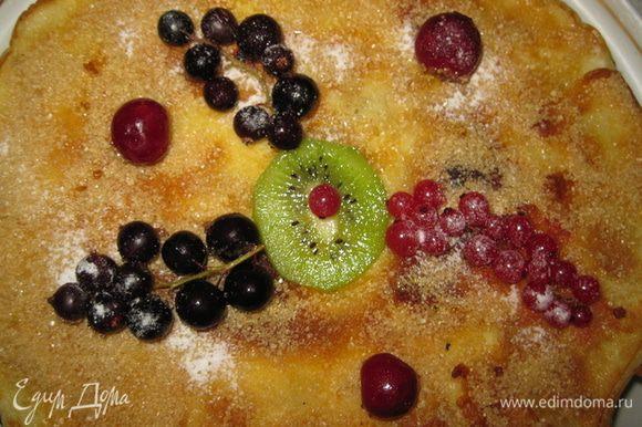 Высыпать на верхний креп тростниковый нерафинированный сахар. Украсить торт свежими или замороженными ягодами красной смородины, вишни, киви или любыми другими, лучше кисленькими. Готовый торт должен настояться 10-12 часов в холодильнике. Ягоды посыпать сахарной пудрой. Приятного аппетита!