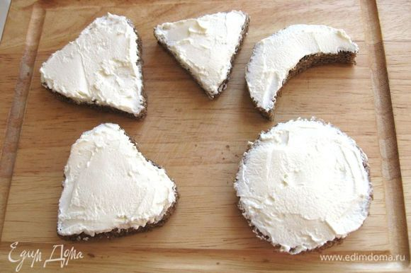 Намазать их сливочным сыром.