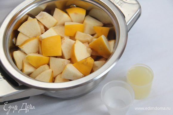 600г айвы это 2 крупных плода. Вымыть айву и нарезать на куски. Положите их в кастрюлю с лимононным соком и водой. Готовить, накрыв крышкой, на медленном огне примерно 20-25 минут.