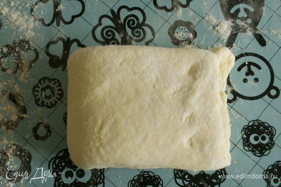 И сложить пополам. Повторить то же самое еще один раз и снова раскатать тесто в прямоугольник.