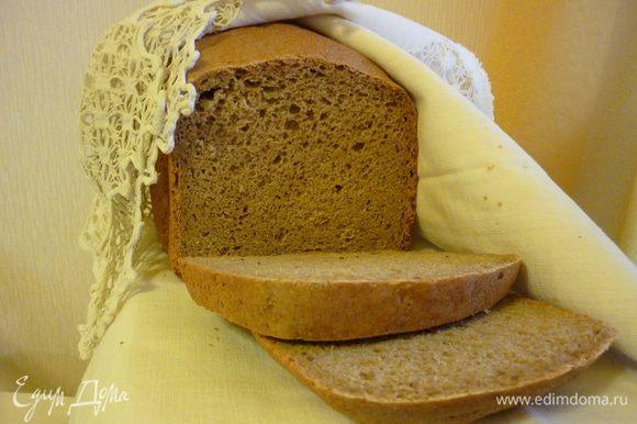 Резать хлеб лучше после полного остывания. но если вам не терпится съесть горбушечку с маслом, то, пожалуйста, осторожнее, не обожгитесь.
