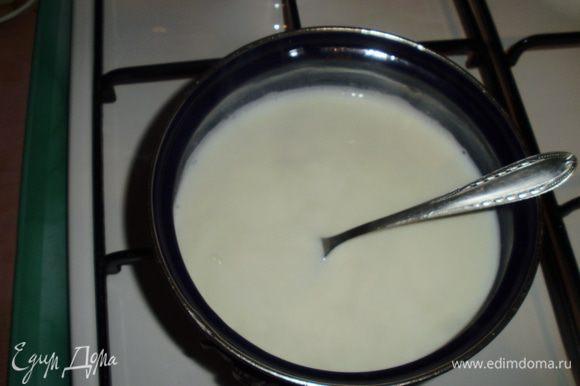 Развести в оставшемся молоке желатин и подогреть на среднем огне до полного растворения.Добавить сахар по вкусу. Также остудить и разлить уже вертикально.